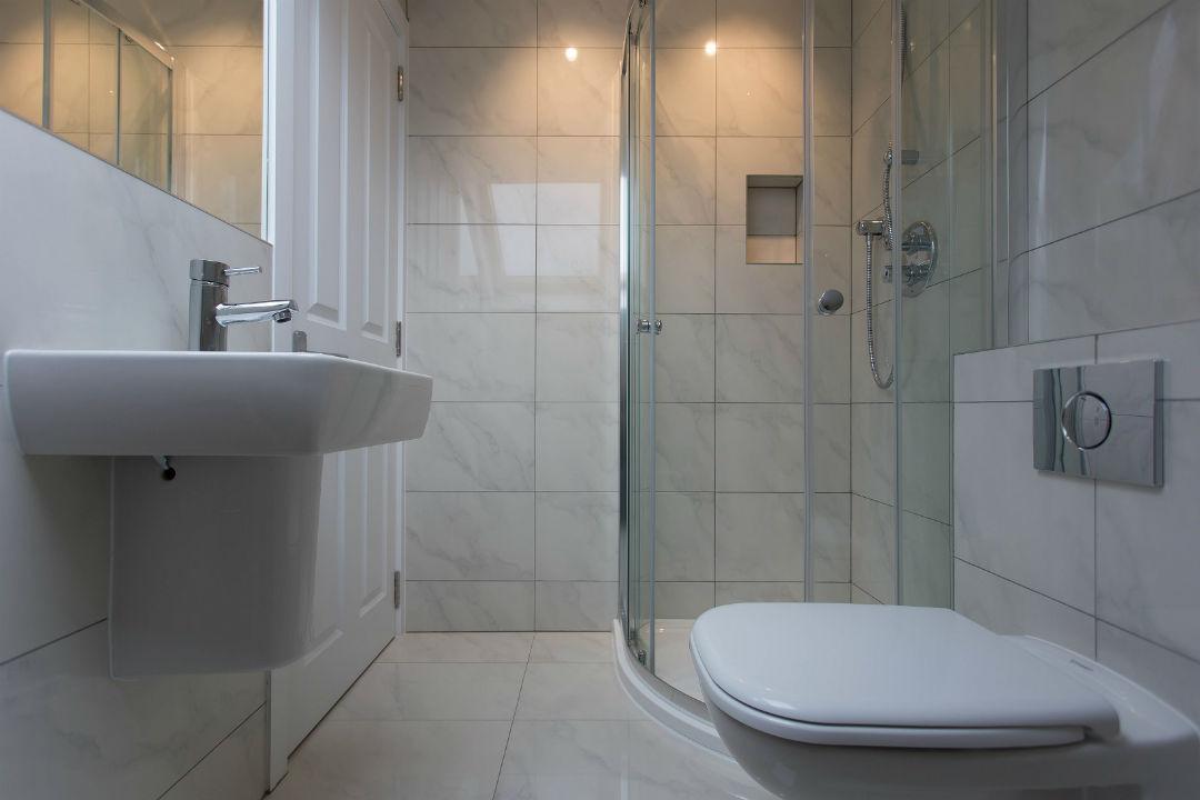 modern-en-suite-bathroom-in-a-studio-flat-in-holloway-london